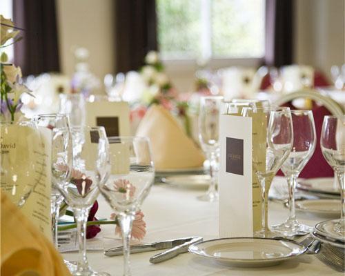 Detalle de mesa preparada para banquete en arnoia caldaria