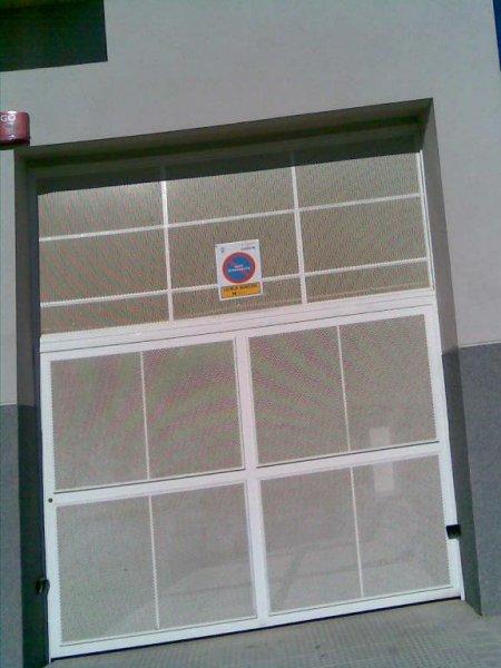puerta de garage con chapa perforada y fijo superior
