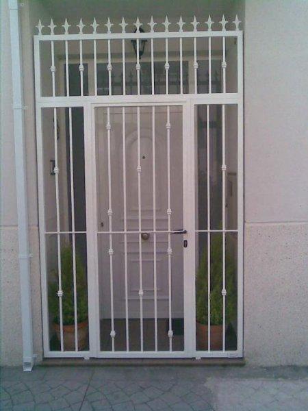puerta cancela de barrotes verticales