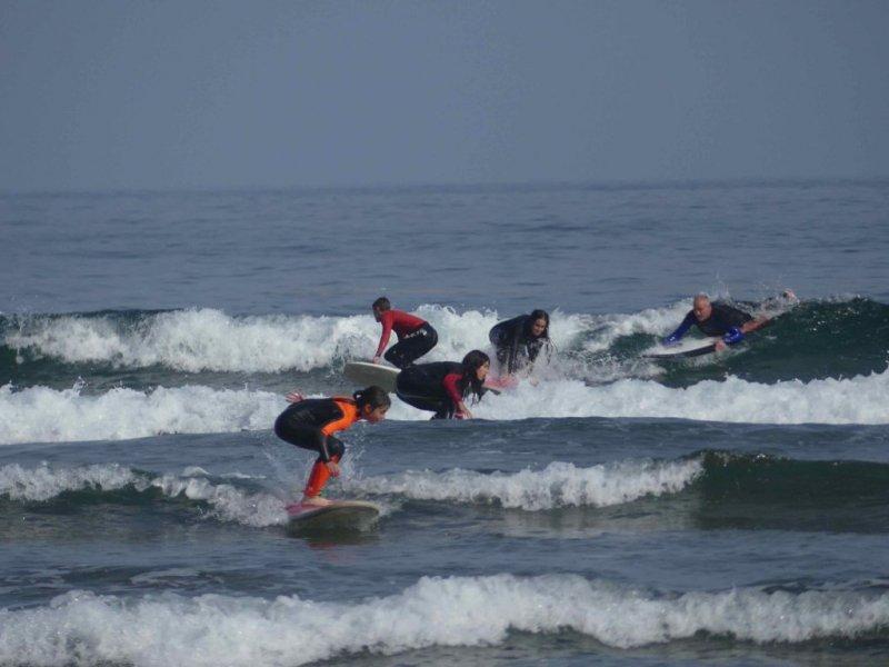 el grupo cogiendo la ola