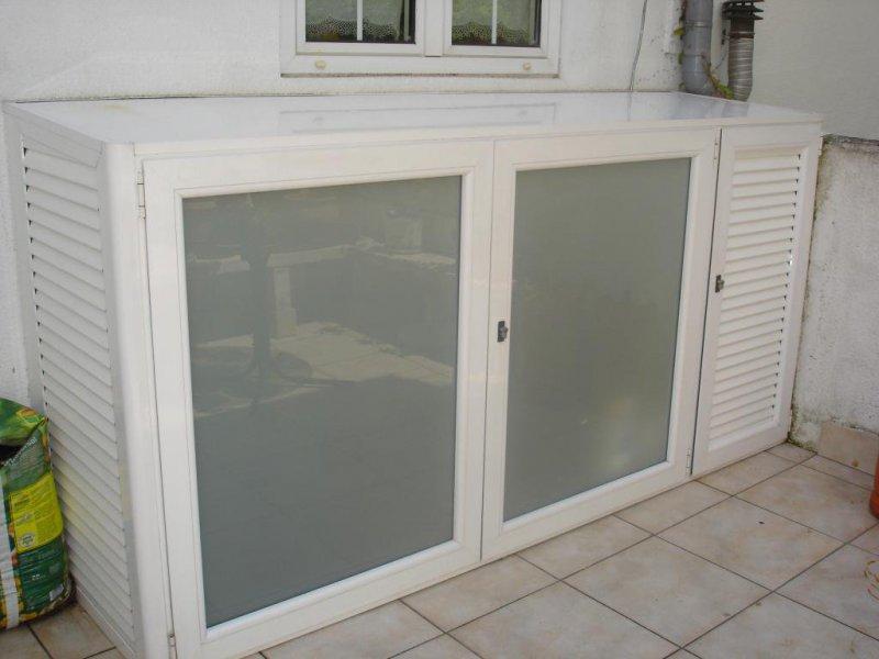 Armario de terraza, fabricado en aluminio lacado en color blanco, con puerta de rejilla para la caldera.
