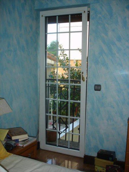 Puerta de balcón, fabricada con perfiles de POLIURETANO (máximo aislamiento y durabilidad) y cristales con cuarterones.