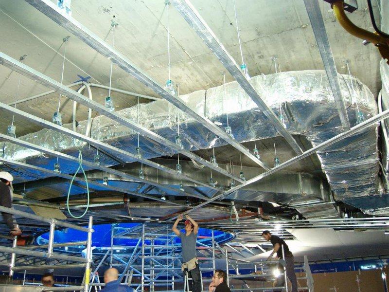 Falso techo continuo con amortiguadores acústicos.