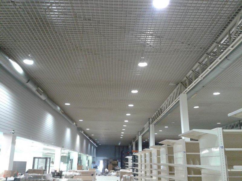 Centro Comercial. Falso techo desmontable de rejilla de aluminio.