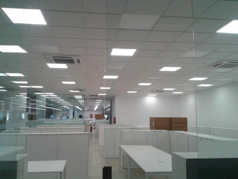 Oficinas Centro Comercial. Falso techo desmontable de escayola