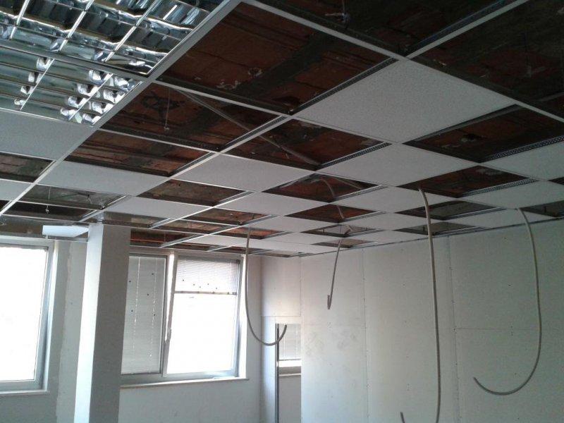 Oficinas. Tabiquería y falso techo desmontable.