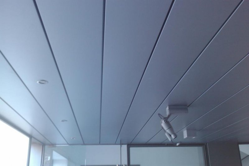Falso techo metálico lineal.