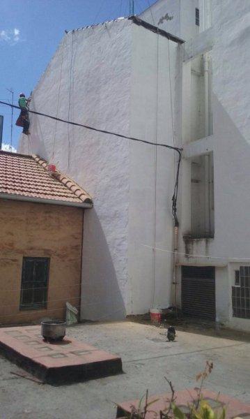 Pintado de fachada con técnica vertical en Bilbao.