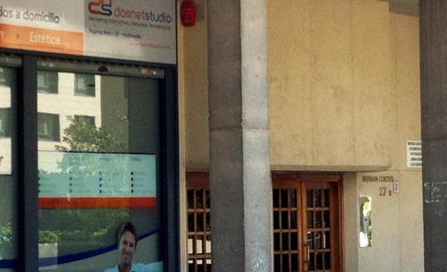 dosnet se encuentra ubicado al lado de este portal, se entra por la empresa Interdomicilio y nuestra oficina se encuentra en la 2ª planta