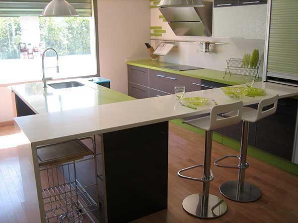 Encimera de cocina blanca y verde