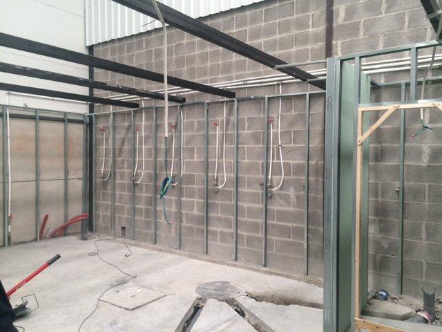 Instalacion duchas en centro Deportivo en Soto de la Marina
