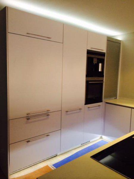 Iluminación parte superior e inferior de muebles de cocina