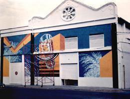 Mural en fachada de discoteca