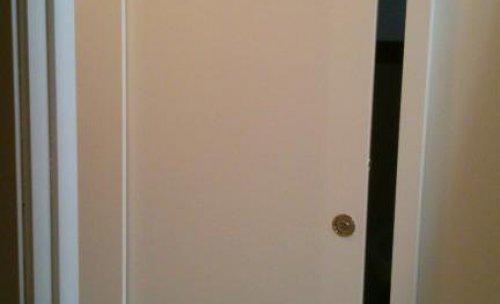 puerta sellada y pintada de blanco