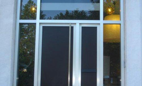 Frente de empresa. Perfiles de aluminio, cerradura de seguridad.
