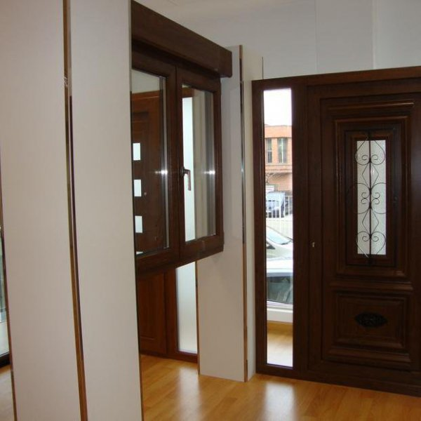 Exposición puerta de pvc modelo rústico