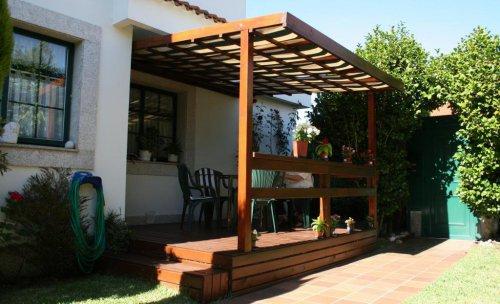 Expansión con pequeño cenador frente al jardín. Oleiros.