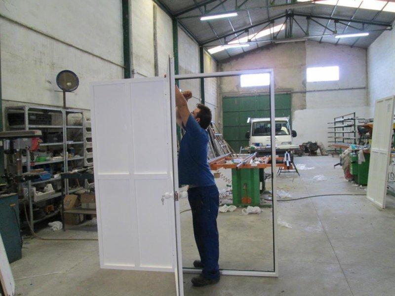 puerta con fijo de aluminio