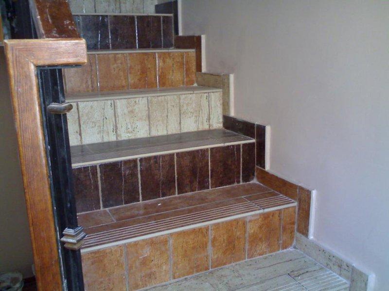 solado escalera con gres rustico